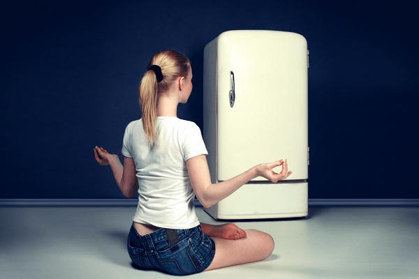 женщина и холодильник