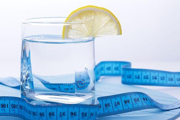 стакан воды с сантиметром
