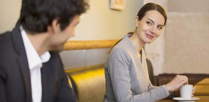 девушка с мужчиной в кафе